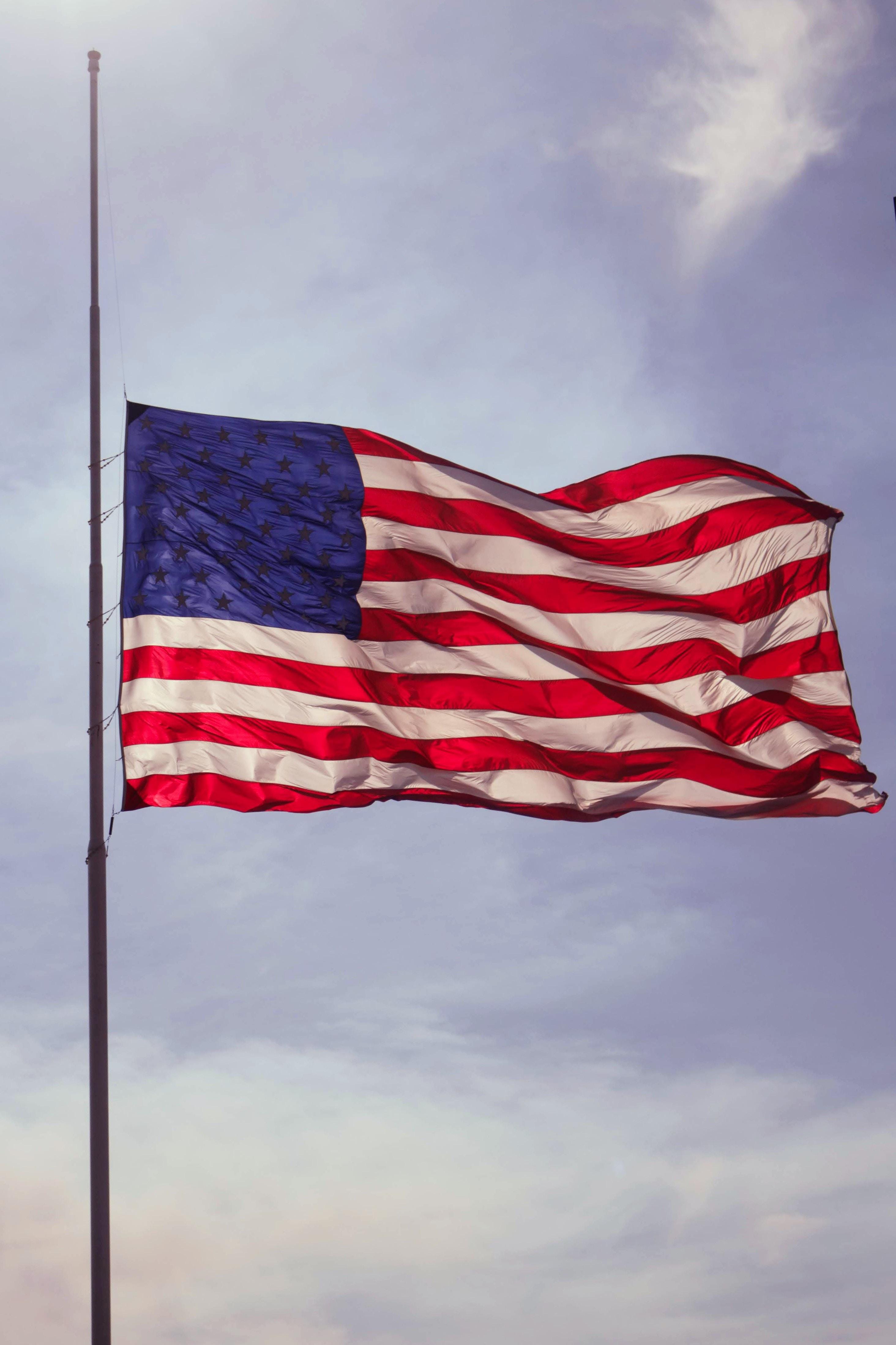 アメリカで見かける半旗の意味とは?